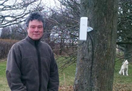 Morten Kjeldgaard med antenne på træ